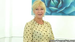UK cougar Sapphire Louise gives the brush hobo a supreme finger penetrate