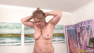 Chubby Granny Kelly Leigh Gets Pleasured by Apparatus till She Reaches Orgasm