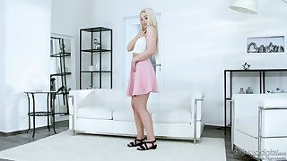 Charming blondie takes be expeditious for fclothes and plays adjacent to yummy smooth punani