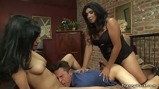 Kinky Shemale gives facial to couple