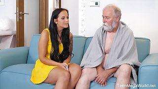 Seductive brunette respecting big tits, Jennifer Mendez had sex respecting an elderly man from along to neighborhood