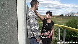 Bluff haired granny shamelessly gives a blowjob outdoors and fucks well