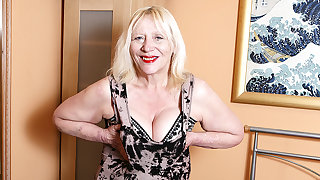 Raunchy British Housewife Playing In all directions Her Hairy Carry off - MatureNL